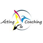 Logo Acting & Coaching oiseau couleurs primaire rose, jaune bleu noir dans un cercle dégradé de gris avec le nom