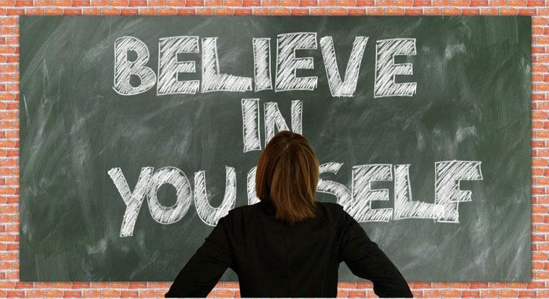 "tableau vert avec écrit ""Believe in yourself"""