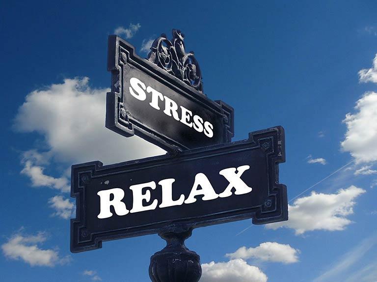 Panneaux de rue comprenant les mots Stress et Relax